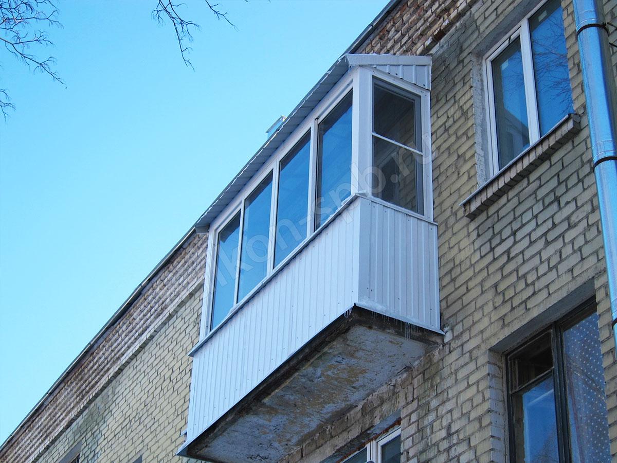 Остекление балкона с крышей в хрущевке