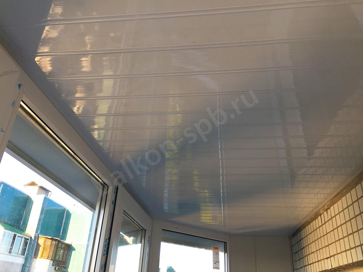 Отделка потолка глянцевыми панелями